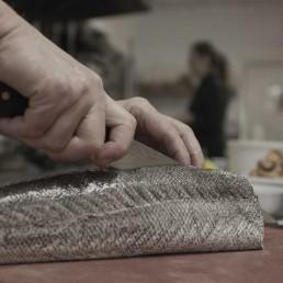 Toni Bru cocinando pescado